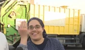 הטבעות, על יד האישה, מאחורי משאית הזבל