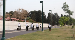 צפו: החמסין הכבד לא מנע מהבחורים לטייל ב'גני יהושע'