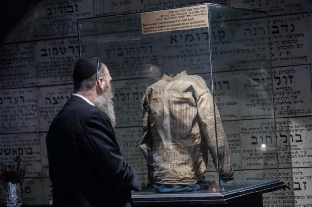 מעיל שנתפר מיריעות ספר תורה ומוצג במרתף השואה