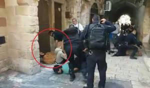 השוטר יורה באקדח הטייזר - שוטר ירה בטייזר בעצור ששכב על הרצפה