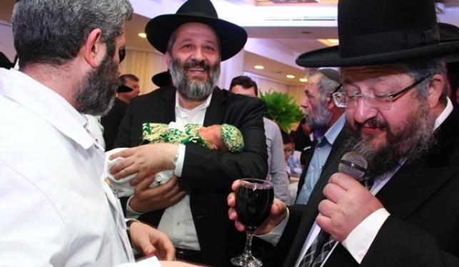 צפו: ברית לנכדו של הרב יהודה דרעי