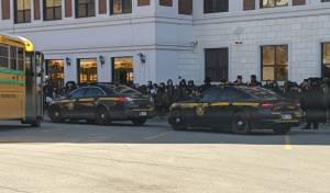 כוחות המשטרה מחוץ לתלמוד התורה
