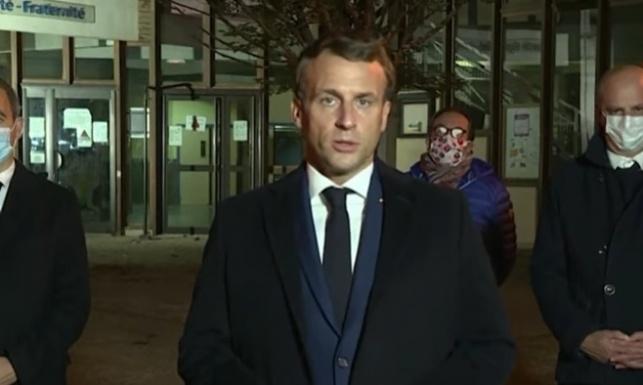 הנשיא מקרון מחוץ לבית החולים, מכריז על הפיגוע כטרור