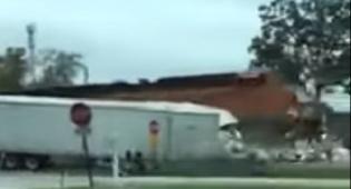 תיעוד ההתנגשות - הרכבת מחצה את המשאית; הנהג ניצל. צפו