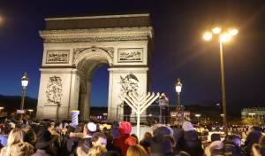 נר שמיני בשער הניצחון בפריז • צפו בתיעוד
