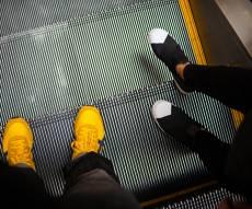 רגעי החרדה - מדרגות נעות שינו כיוון במהירות. צפו בפאניקה