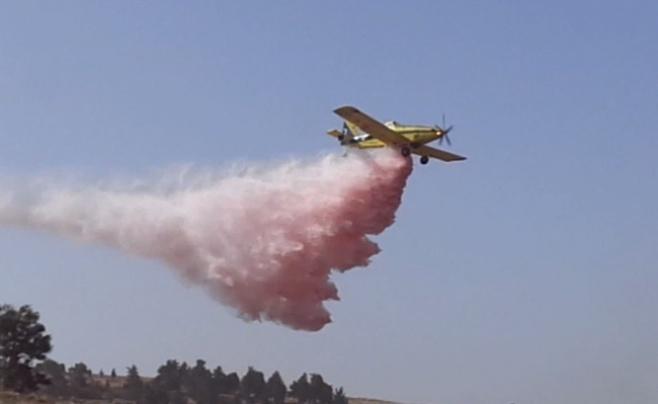 תיעוד: מטוסי הכיבוי פועלים בשריפה ברמות