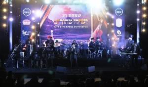 """""""קומזינג-שיר"""": אלפים שרים עם נפתלי קמפה - בעבור אבותינו"""