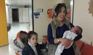 רחל מאמו, מביתר, עם בנה התינוק שנפצע מידוי אבנים על הציר. ארכיון