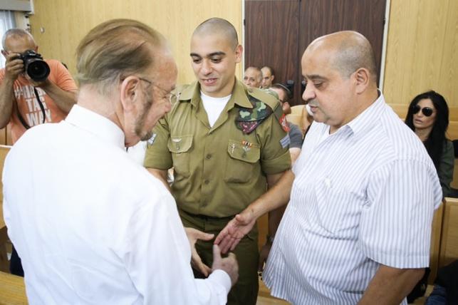 אזריה עם אביו ועורך דינו
