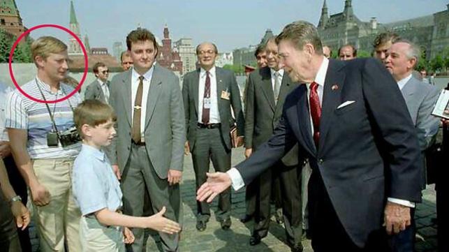 """הנשיא רייגן פוגש את ה""""תייר"""" פוטין"""