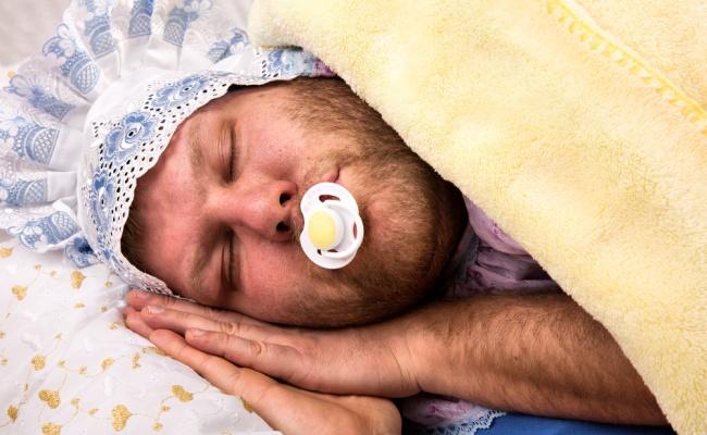 יותר טוב מתינוק - המחקר שיסבך אתכם: גברים ישנים טוב מידי