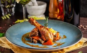 תבשיל עוף ברוטב ירקות שורש עסיסי . הצעת הגשה