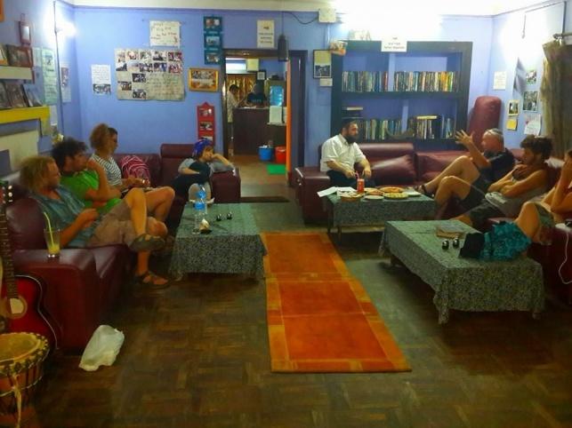 """יושבים ולומדים על ראש השנה בבית חב""""ד בנפאל"""