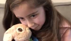 הילדה התרגשה ממציאת בובה שאבדה לה
