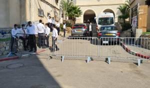 רחבת הישיבה מגודרת במחסומים, היום