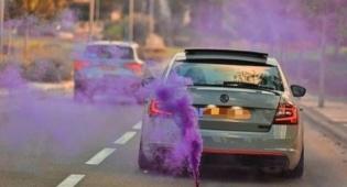 תועד ברכב עם רימוני עשן צבעוניים ונעצר