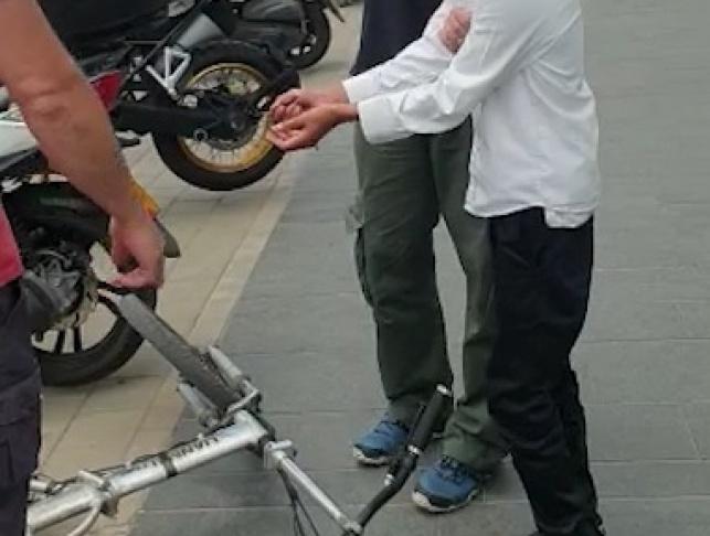 ילד חרדי, אופניים ושוטר