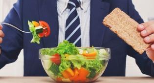 המדע מאשר: גברים שאוכלים ירקות מריחים טוב יותר