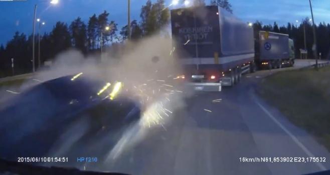 צפו: כשהרכב לפתע עף מהמשאית
