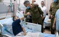 """הרמטכ""""ל העניק אות לחייל שנפצע בפיגוע"""