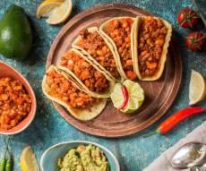טאקו מקסיקני. טורטיה במילוי בשר ושעועית