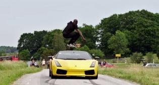 מטורף: קפץ מעל למבורגיני דוהרת