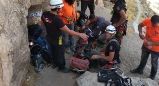 במערת חריטון: חסיד גור נפל מגובה - וחולץ