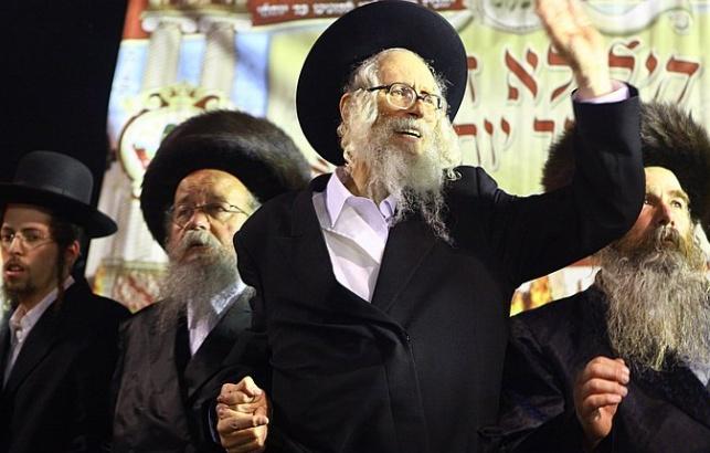 הרב אליעזר ברלנד (במרכז). הצליח להימלט?