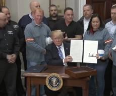 טראמפ בעת חתימת המכס על הפלדה - טראמפ ממשיך במלחמה: מכס על ייבוא מסין