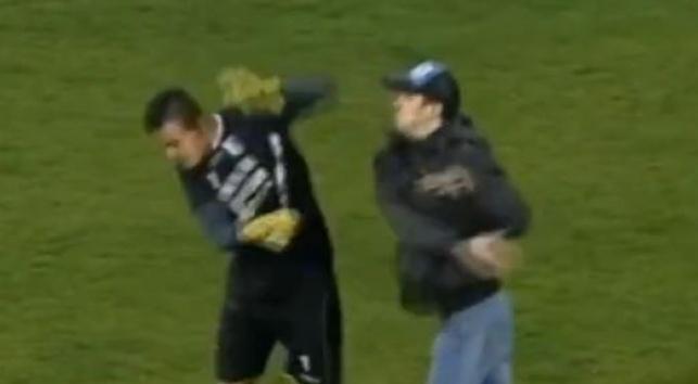 צפו: אוהד תקף שוער באמצע משחק ברומניה