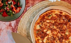 קיש עגבניות וגבינות מהיר עם סלט יווני בצד