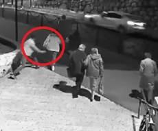מעשה הגניבה - כך הגיח הערבי וחטף מאישה את תיקה. צפו