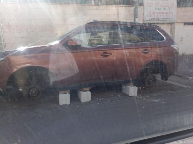 הרכב שפורק מגלגליו