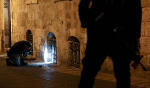 הסכסוך בין מדביקי המודעות גולש לאלימות