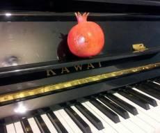 """""""רננו צדיקים"""" - ניגון הנרות בגרסת הפסנתר"""