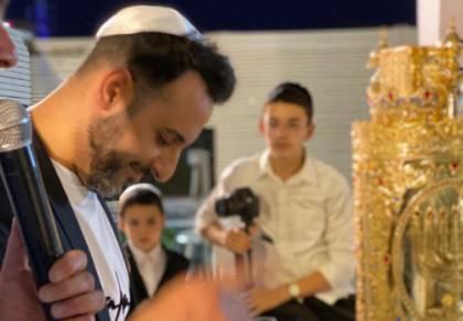 ערב החג: הזמר דודו אהרן הכניס ספר תורה