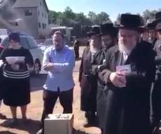 ליפא שמלצר התייפח על קבר אביו • צפו