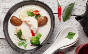 מרק עוף עשיר ומיוחד בנוסח תאילנדי
