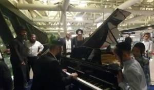 בדרך לאומן: הפסנתרן ועשרות הנוסעים שרו