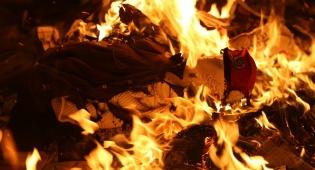 עשרות קיצונים חרדים העלו באש בובת חייל במאה שערים