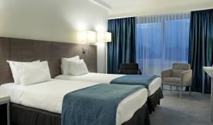 האם בבתי המלון באמת מחליפים סדינים?