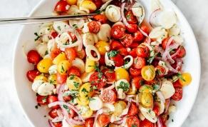 משודרג. סלט עגבניות שרי ולבבות דקל - הגרסה המשודרגת לסלט הירקות הבנאלי