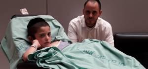 חיים-אבינר במיטתו בבית החולים - התפללו: נפיחות ברגל התבררה כחידק טורף