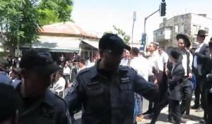 הויכוח עם השוטרים לאחר לקיחת המצלמה
