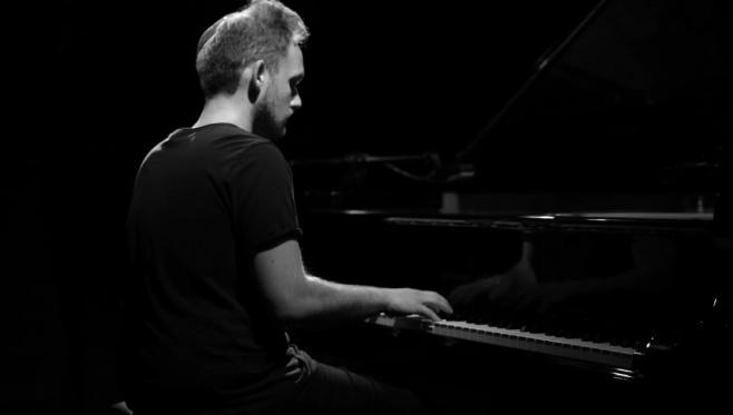 הפסנתרן מנדי פורטנוי בנעימת הימים הנוראים