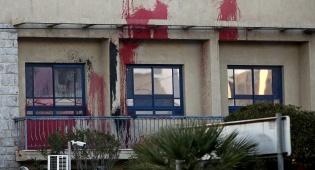 אופנוענים התיזו צבע אדום על השגרירות