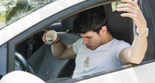 כך תסירו כתם קפה מחולצה לבנה, בלי לכבס