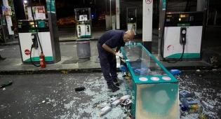 תיעוד: רעולי פנים בוזזים תחנת דלק