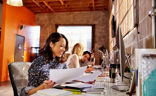 זה לא רק אתם מול המחשב, זה גם האדם לצידכם - כך האדם לידכם משפיע על איכות העבודה שלכם